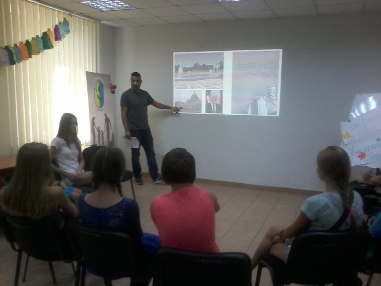 Волонтер Peace Corps Ukraine Richard Garcia провів презантацію для відвудувачів дитячого центру «Твій простір»